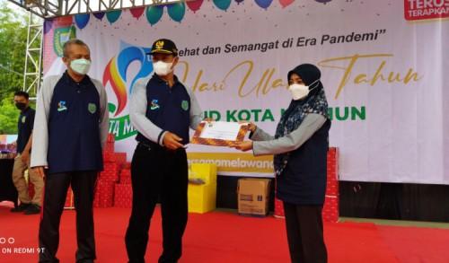 HUT ke-17 RSUD Sogaten, Wali Kota Madiun Bagikan Sembako Kepada Masyarakat Sekitar