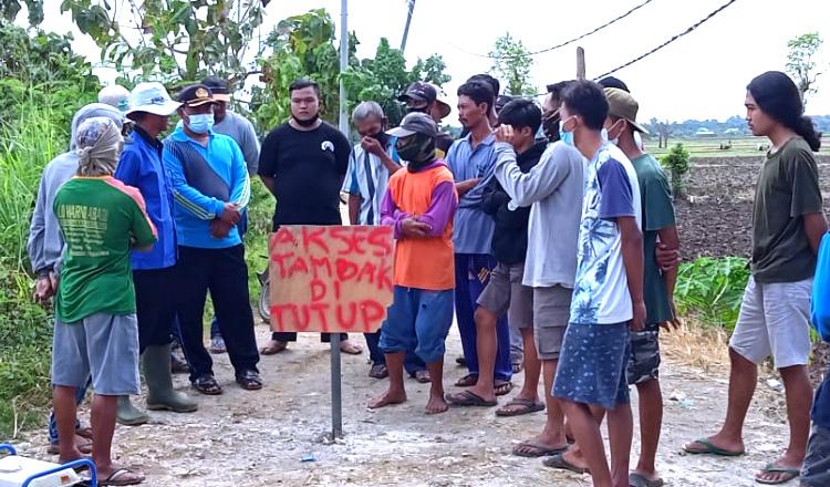 Ingkari Komitmen, Warga Cempokorejo Tuban Tutup Akses Jalan Usaha Tambak Udang