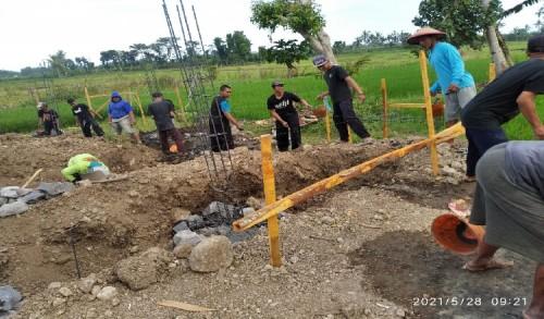Pengamalan Memayu Hayuning Bawono, Puluhan Pendekar PSHT Rayon Mayangan Jember Kerja Bakti Bangun Masjid