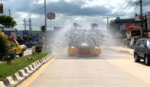 Turunkan Mobil AWC, Polres Kutim Semprot Desinfektan Road 9 dan Jalan Yos Sudarso