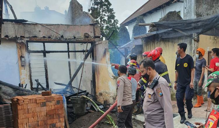 Asyik Nonton TV, Rumah Warga Pakunden Blitar Ludes Terbakar