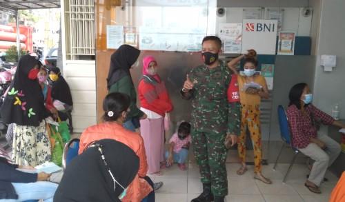 Prajurit TNI Gresik Imbau Prokes Covid-19 di Perbankan