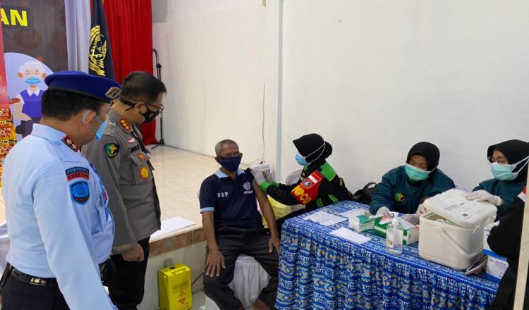 Bid Dokkes Polda Kalsel Gelar Vaksinasi di Lapas Kelas II A Banjarmasin