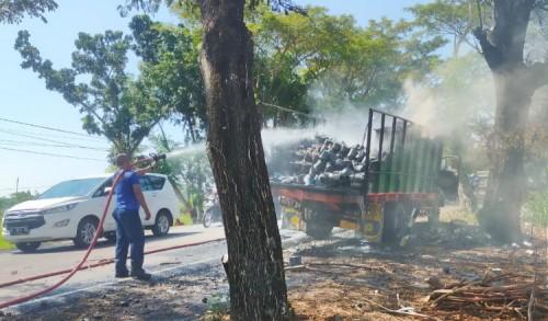 Truk Ekspedisi Terbakar di Jalur Pantura Probolinggo