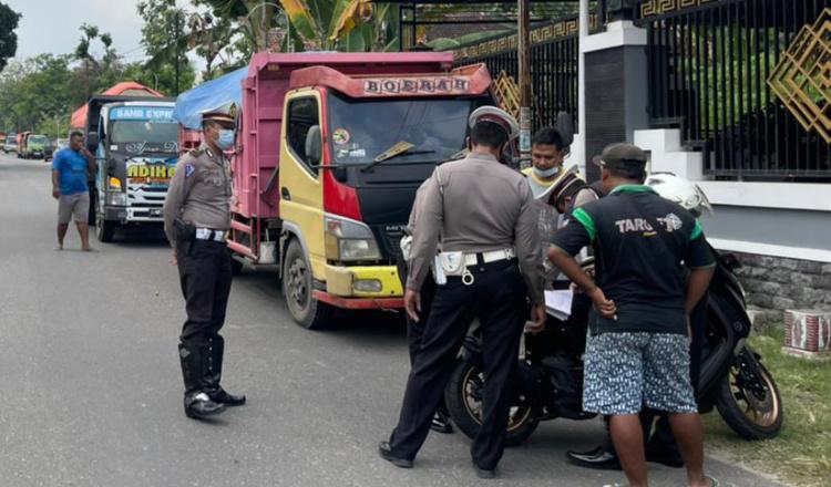 Polisi di Ponorogo Tindak Sopir Nakal Modifikasi Bak Dump Truk Pasir