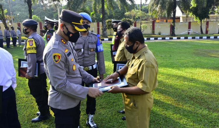 Hebat, Dua Warga Selopuro Blitar Dapat Apresiasi dari Polisi