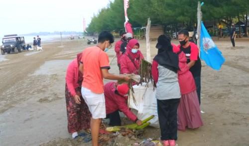 Sering Dapat Kiriman Sampah, Ratusan Pemuda Bersih-bersih Pantai di Tuban