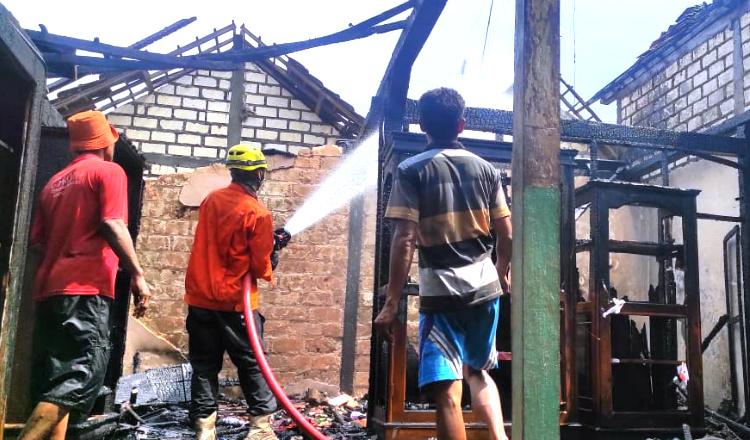 Sempat Terdengar Ledakan, Rumah Warga Montong Tuban Ludes Dilahap si Jago Merah