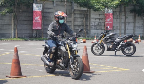Tips Riding Postur Saat Berkendara dengan Motor Sport Agar Nyaman