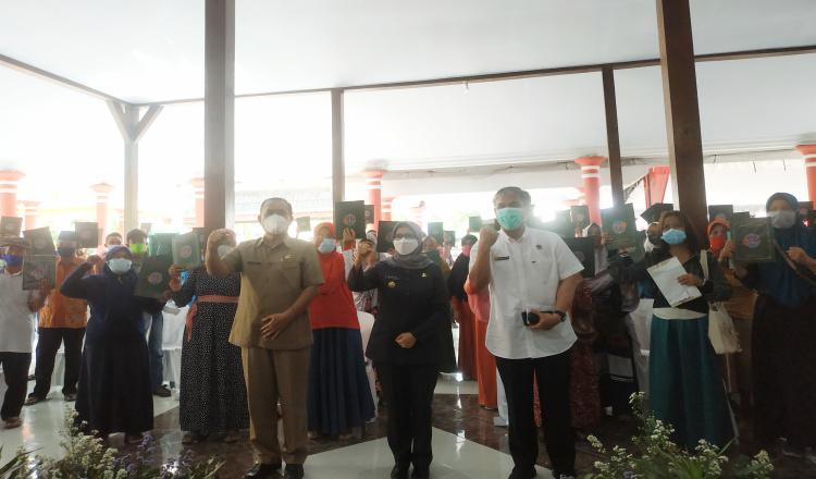 Percepat Pelayanan, Bupati Blitar Rini Serahkan Sertifikat Program PTSL di Desa Bacem