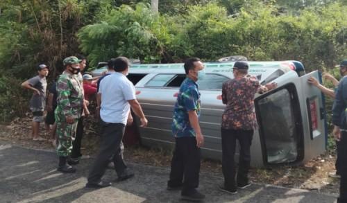 Mobil Ambulance Pembawa Vaksin Covid-19 Terguling di Bakung Blitar