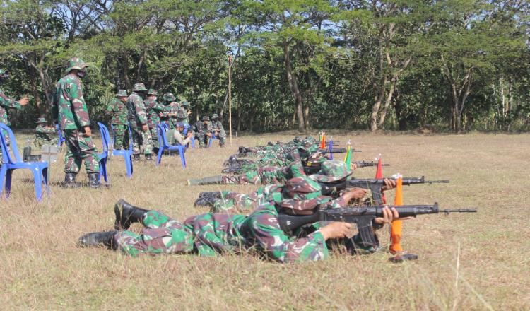 Anggota Kodim 0708 Purworejo Gunakan Senjata SS1 V3 untuk Latihan Menembak
