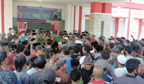 Ratusan Warga Lurug RSD Kalisat Jember, Minta Pulang Paksa Jenazah Kepala Dusun
