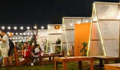 Cafe Camping Aesthetic, Bisa Makan Sambil Nonton Layar Tancap