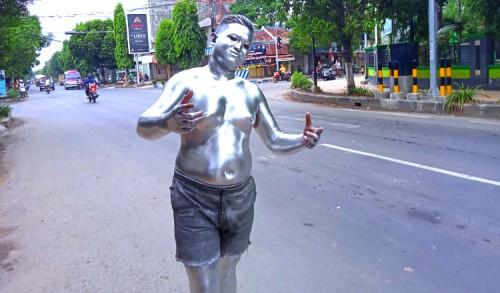 Demi Menyambung Hidup, Manusia Silver di Tuban Ini Rela Petak Umpet dengan Satpol-PP