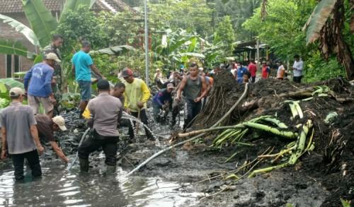 Hujan Deras di Trengggalek Sebabkan Tebing Longsor dan Pohon Tumbang