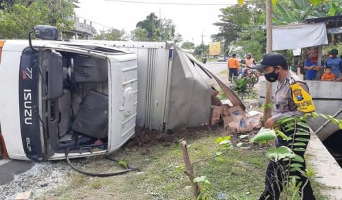 Rem Bermasalah, Truk Box Pengangkut Air Kemasan Terguling di Jalan Ponorogo