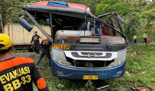 Diduga Ugal-ugalan, Kecelakaan Bus Sugeng Rahayu dan Truk Kontainer Terjadi di Jalur Lintas Provinsi Surabaya-Madiun
