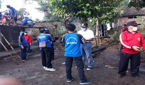 Dekat dengan Rakyat, Wabup Ngawi Ikut Gotong Royong Perbaiki Rumah Mbah Suyati