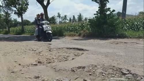 Jika Hujan Mirip Sungai, Warga Jember: Kapan Jalan Mulus Bapak Bupati?