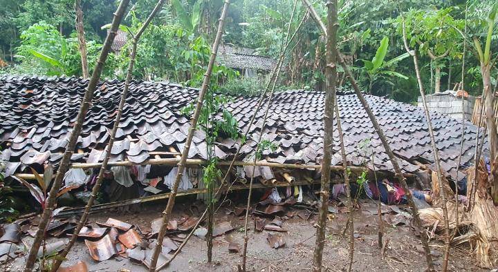 Hujan Deras, Rumah Warga Desa Karangrejo Ambruk