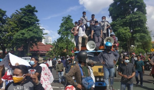 Wali Kota Eri Cahyadi Didemo Warga Madura, Dituntut Hentikan Penyekatan di Suramadu