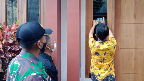 Edukasi Prokes, Kelurahan Baledono Pasangi Stiker Dirumah Warga