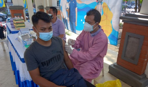 Tingkatkan Kekebalan Tubuh Jelang Porprov Jatim, Ratusan Atlet dan Pelatih di Lamongan Jalani Vaksinasi