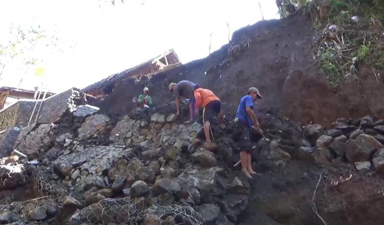 Tanggul Penahan Tebing Pinggir Sungai di Probolinggo Runtuh