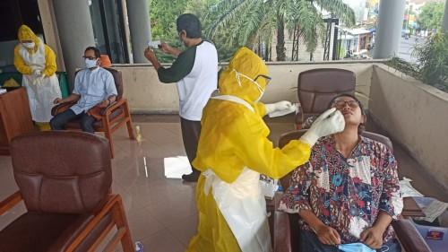 Penghuni DPRD Jember di-Swab Antigen Massal