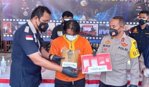 Jual 4 Kilogram Ganja ke Kediri, Warga Surabaya Ini Ngaku Baru Pertama Kali Jadi Pengedar