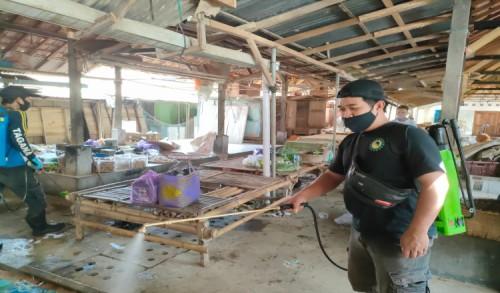 Bermodal Swadaya, Remaja Masjid Banyuasin Purworejo Semprotkan Disinfektan di Pasar