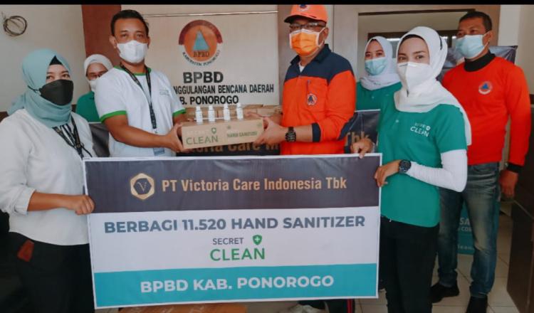 Cegah Covid-19, PT Victoria Care Indonesia Berikan Handsanitizer Untuk Warga Ponorogo