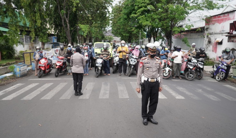 Ajak Panjatkan Doa Bersama, Polresta Probolinggo Hentikan Aktifitas Masyarakat di Jalan