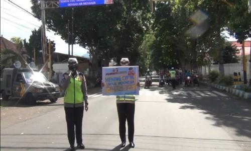 Personil Polres Bondowoso Pimpin Pengendara Lakukan Hening Cipta Indonesia