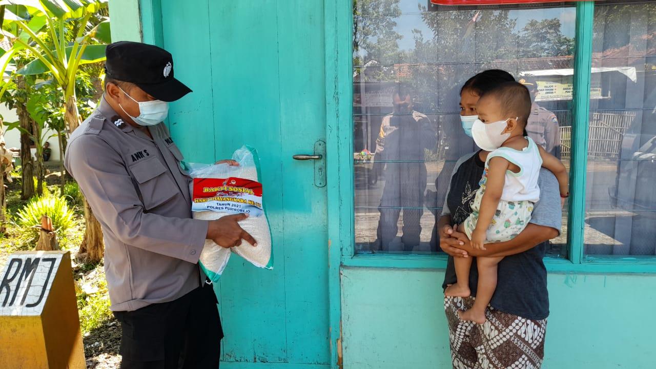 PPKM Darurat, Polres Purworejo Bantu Ratusan Kilogram Beras Kepada Warga Isoman