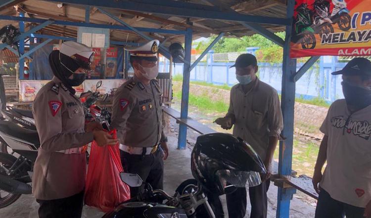 Peduli Terdampak Pandemi, Polisi di Lamongan Support Pedagang dan Tukang Ojek