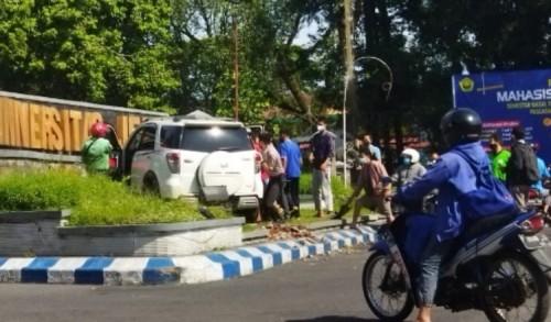 Apes !! Dosen Unej Kecelakaan Tunggal di Depan Kampus