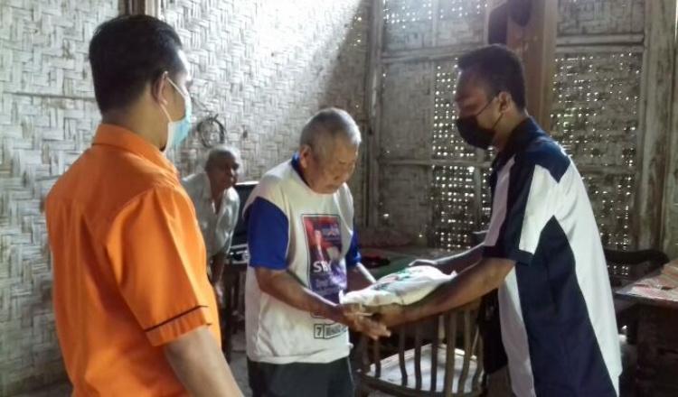 Puluhan Paket Beras Disalurkan DPC IPJT Purworejo kepada Masyarakat Terdampak PPKM Darurat