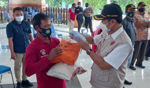 Bupati Lamongan Serahkan 6 Ton Beras dan 1.600 Paket Sembako ke Masyarakat yang Isolasi Mandiri