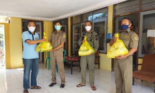 Camat Grujugan Bondowoso Salurkan Sembako dari Al Ishlah ke Tenaga Sukwan