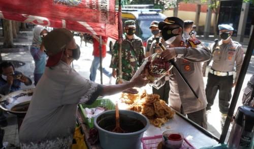 Masa PPKM Darurat, Ratusan Pedagang Dapat Bansos Dari Polresta Probolinggo