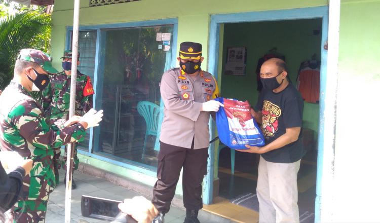 Jemput Bola, Petugas Beri Sembako Door to Door Bagi Warga di Ponorogo