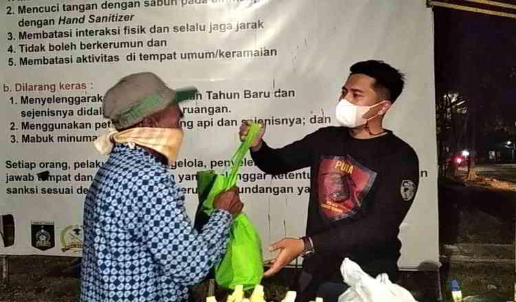 Penetiban PPKM Mikro, Polisi di Lombok Tengah Bagikan Sembako