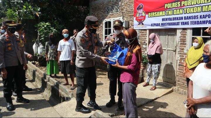 PPKM Darurat, Polres Purworejo Bagikan Paket Sembako ke Warga