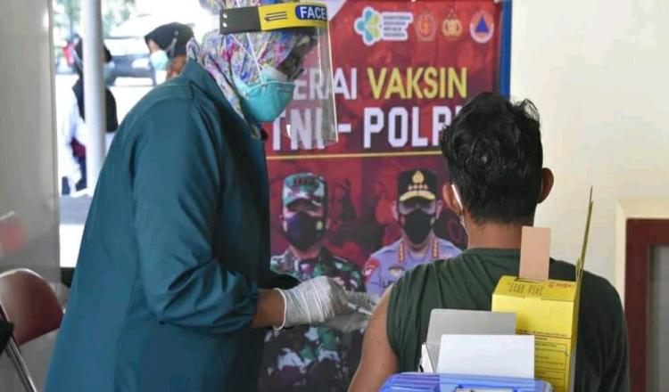 Ratusan Warga Antusias Ikut Vaksinasi di Polres Trengggalek