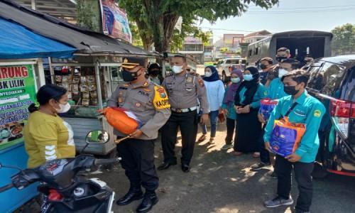 Polres Bondowoso Gandeng IKMPB Sisir Kawasan Kota Bagikan Sembako pada PKL