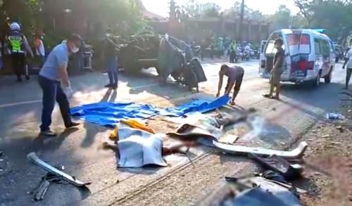 Minibus Hantam Truk Trailer di Tuban, Tiga Orang Tewas Ditempat