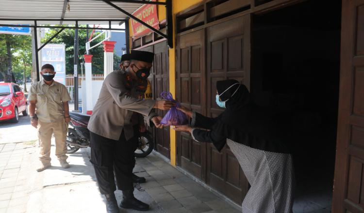 Tidak Hanya Sembako, Kapolres Ngawi Juga Bagikan Ratusan Daging Kurban