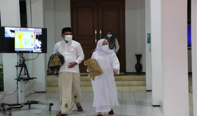 Patuh Prokes Covid-19, Bupati Laksanakan Sholat Idul Adha 1442 H di Rumdin